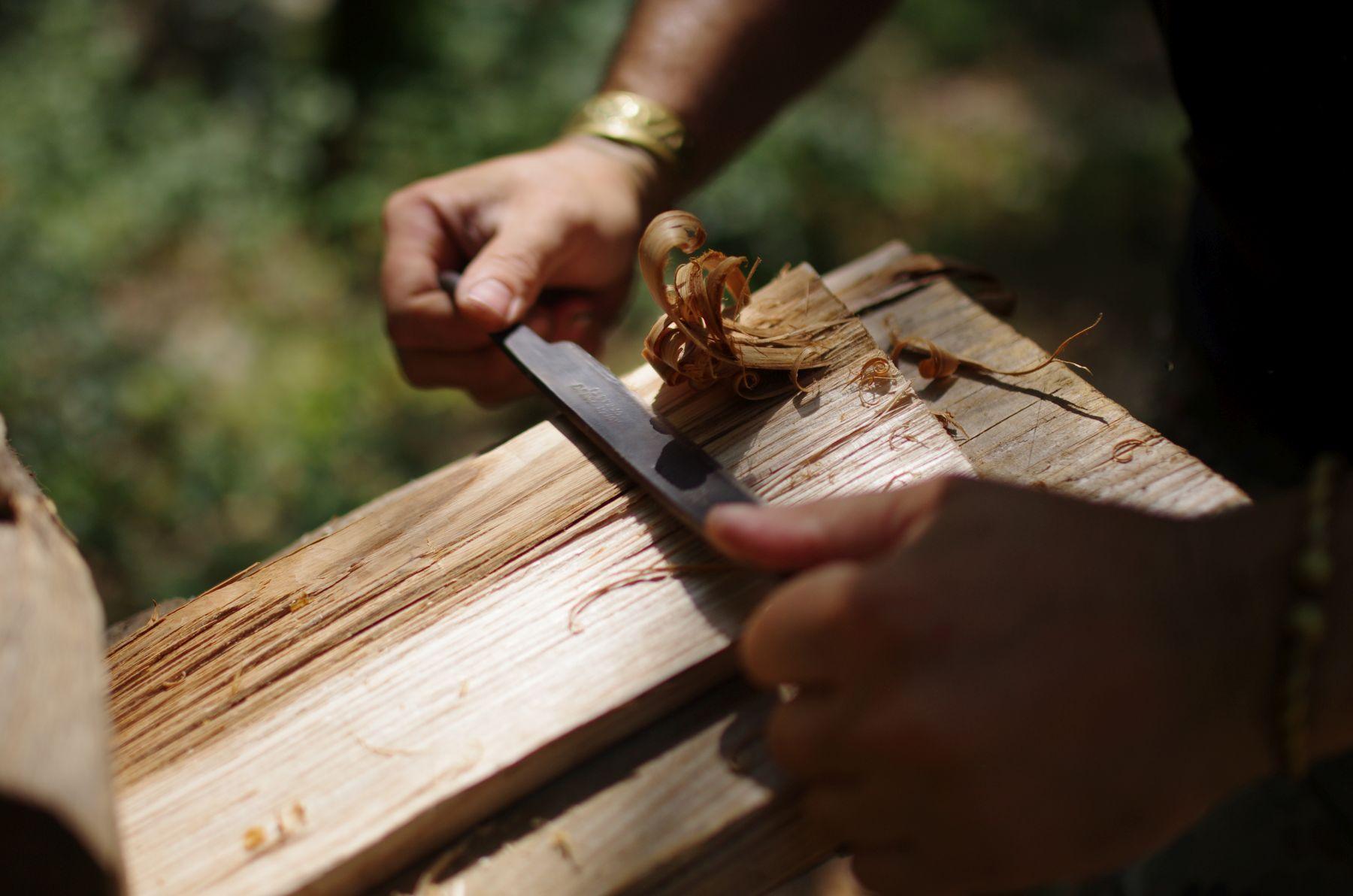 Randa Ardesca Archéosite d'Ardèche - Fabrication d'un bardeau
