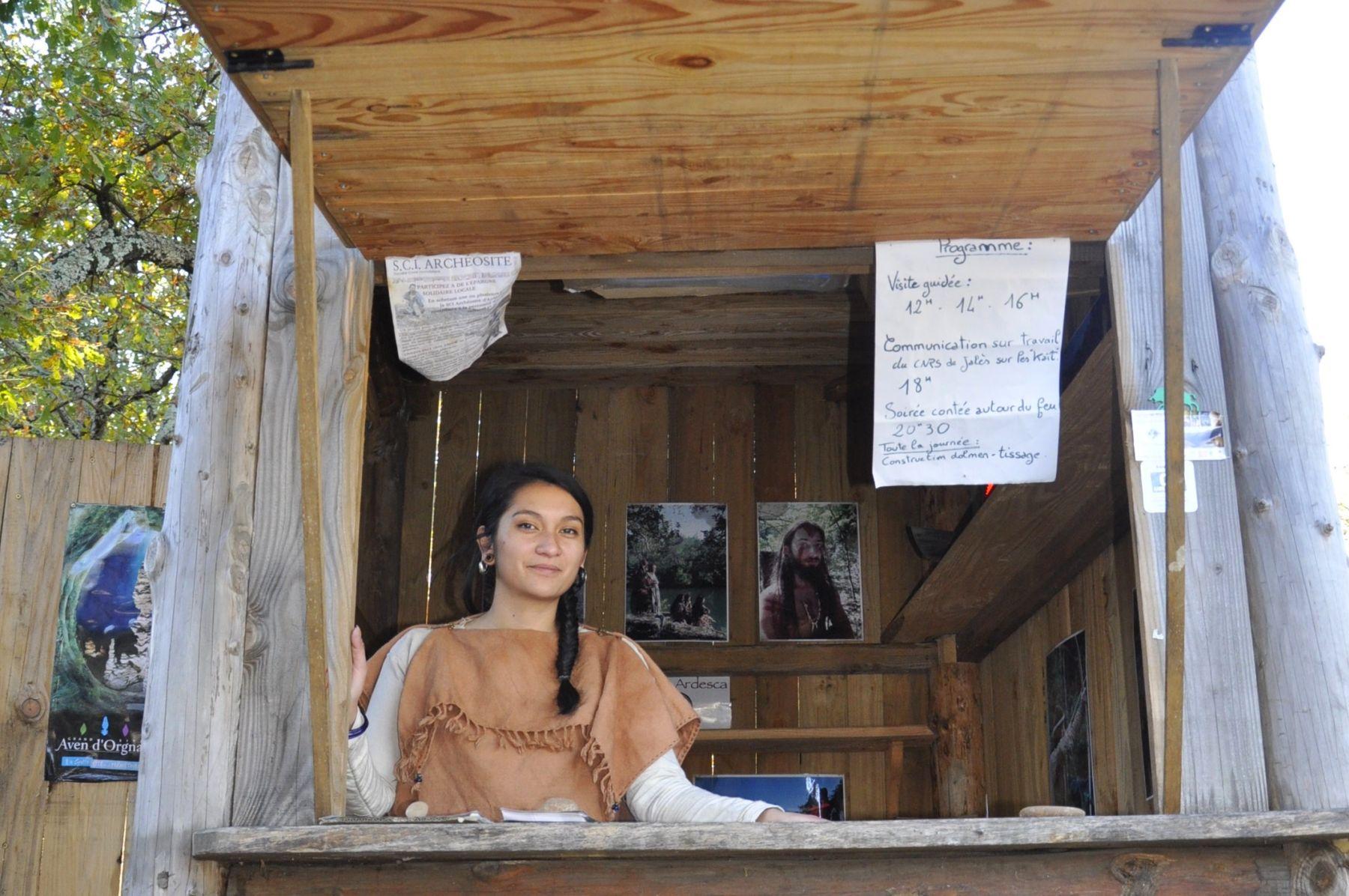 Randa Ardesca Archéosite d'Ardèche - Mélissa tient la billetterie
