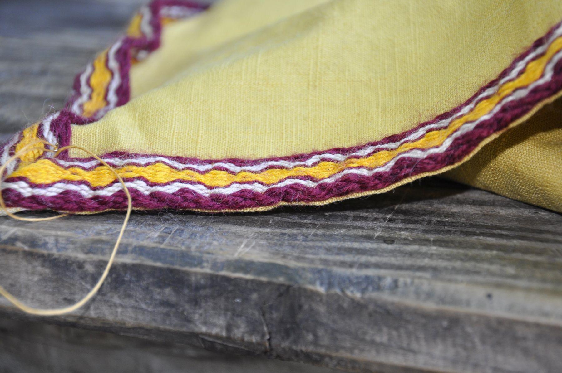 Randa Ardesca Archéosite d'Ardèche - Couture de passementerie sur un peplos