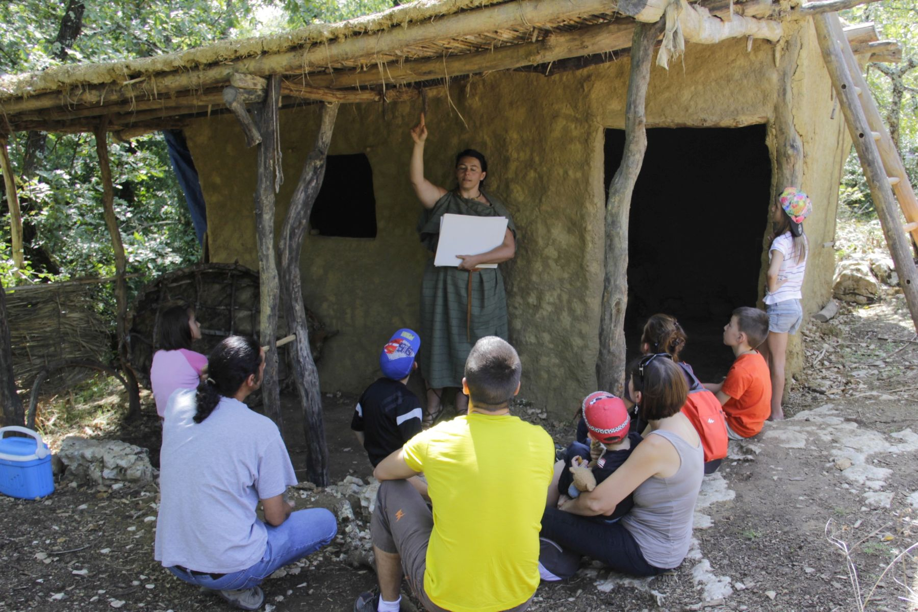 Randa Ardesca Archéosite d'Ardèche - Magalie en visite guidée