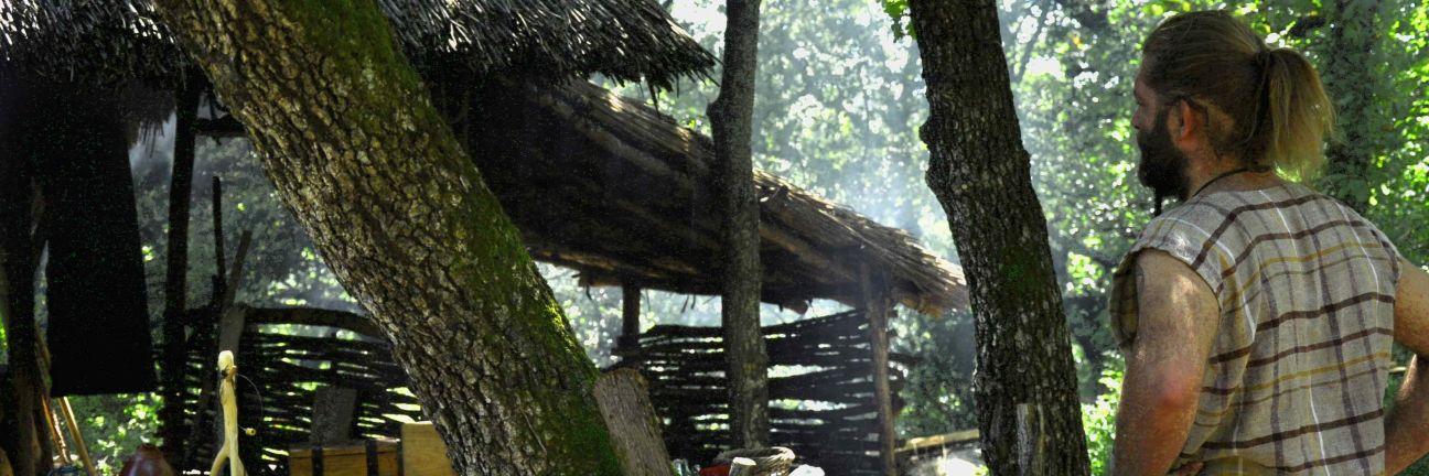 Randa Ardesca Archéosite d'Ardèche - Le verrier devant son atelier
