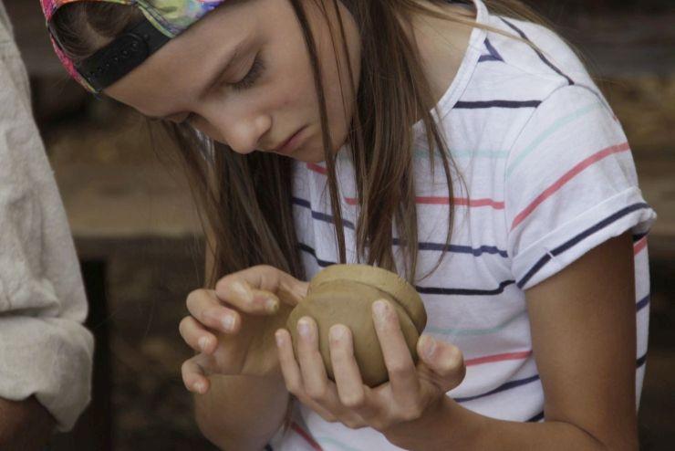Randa Ardesca Archéosite d'Ardèche - Enfant fabriquant une poterie au colombin