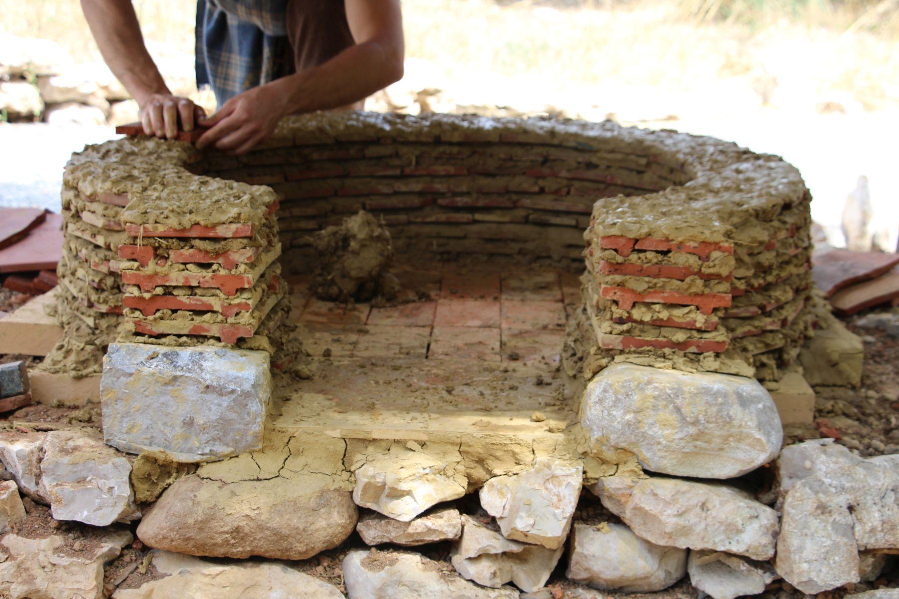 Randa Ardesca Archéosite d'Ardèche - Four à pain en cours de construction