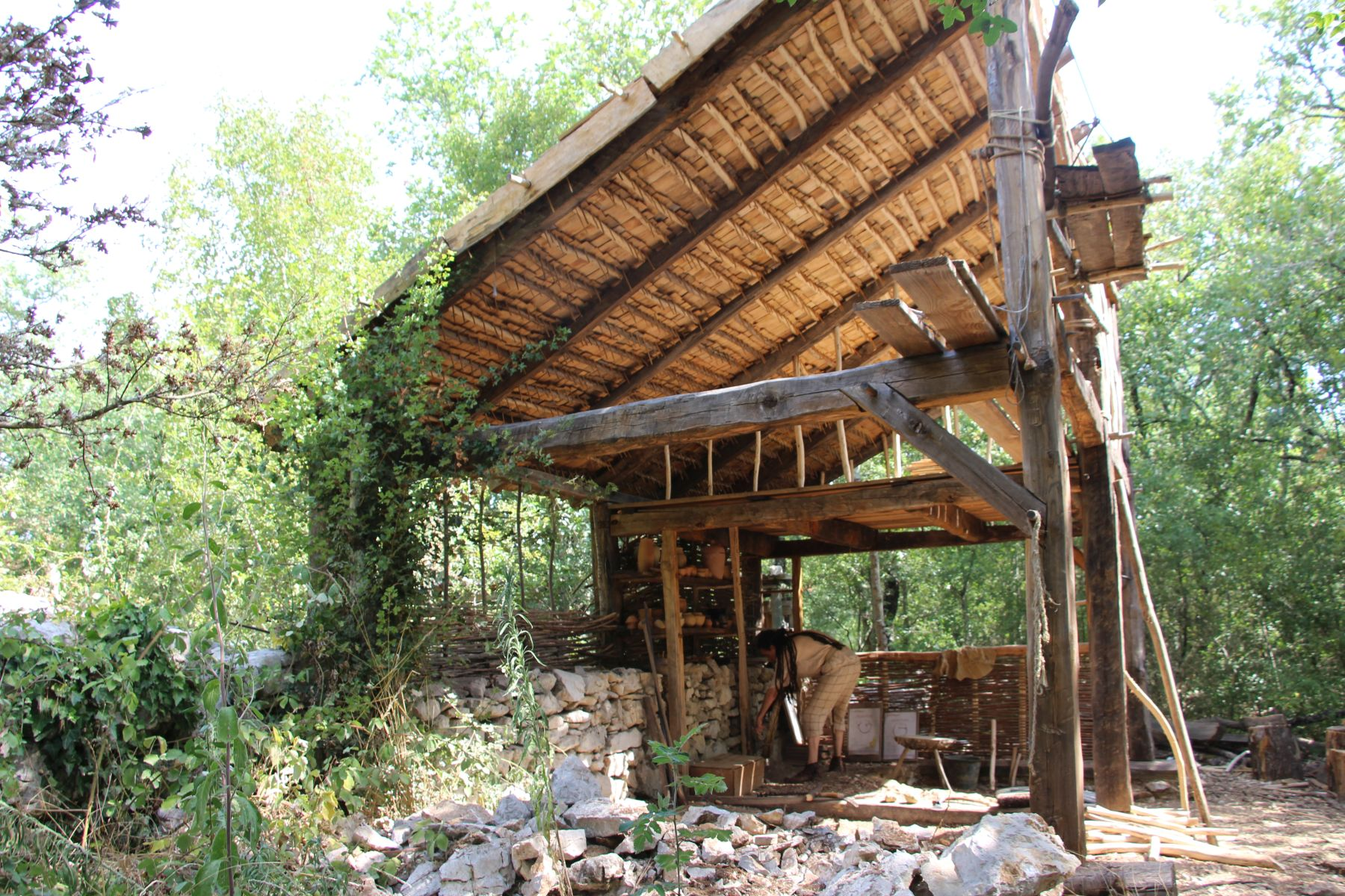 Randa Ardesca Archéosite d'Ardèche - L'atelier du potier en cours de construction