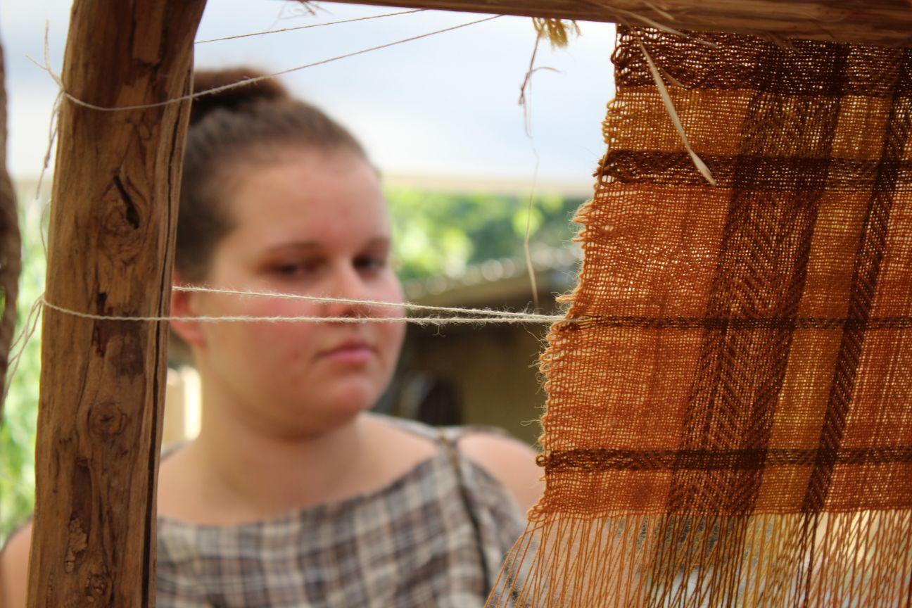 Randa Ardesca Archéosite d'Ardèche - Gauloise en train de tisser