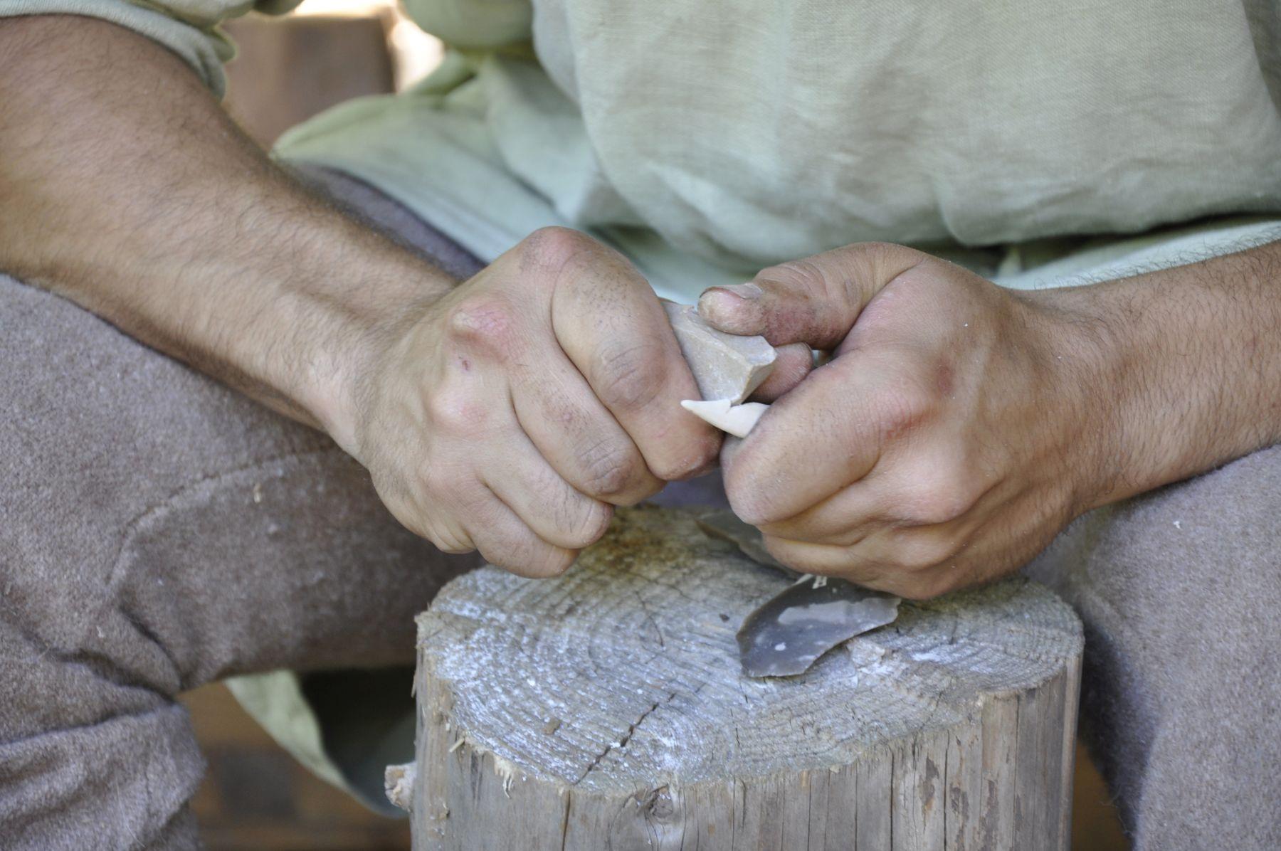 Randa Ardesca Archéosite d'Ardèche - Fabrication d'un harpon en os