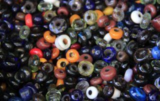 Randa Ardesca Archéosite d'Ardèche - Lot de perles colorées